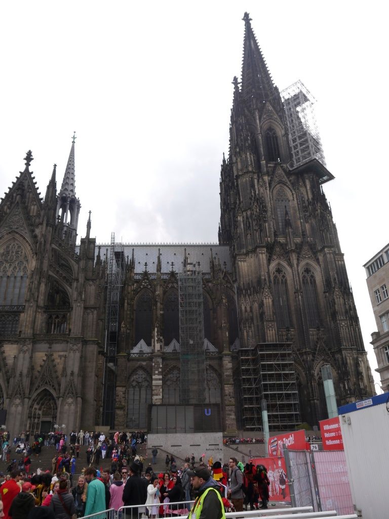 Craziness around Köln's famed cathedral!